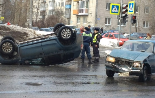 В центре Архангельска при аварии перевернулся «Ниссан»