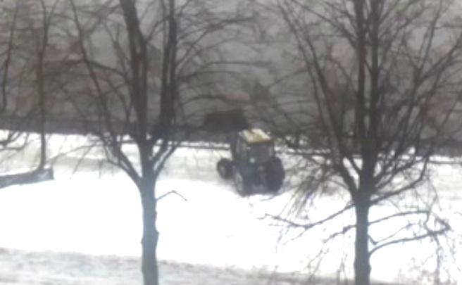 Уборка по-ярославски: коммунальщики сбросили снег с дороги в Волгу
