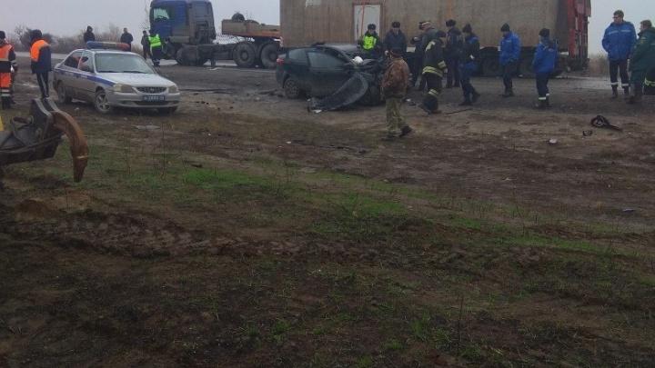 Под Волгоградом лобовое столкновение грузовика и легковой машины остановило федеральную трассу