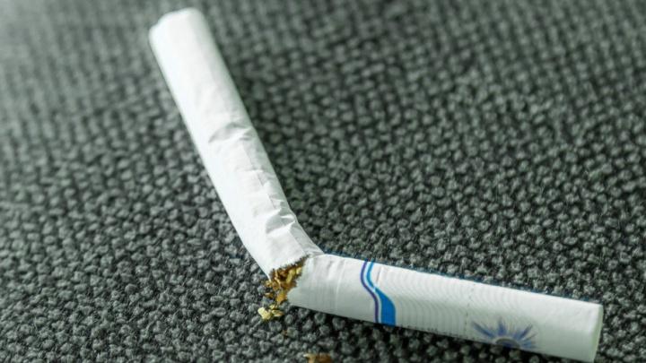 Минздрав поддержал запрет на курение у подъездов жилых домов