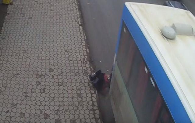 Момент наезда автобуса на пенсионерку в Перми попал на камеру видеонаблюдения