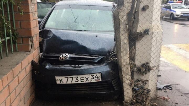 Вылетевший на тротуар Volkswagen сбил девушку в Дзержинском районе