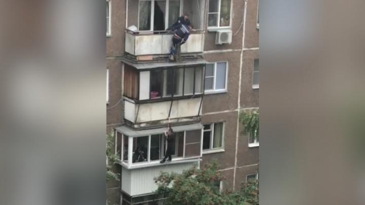 Поругался с братом: челябинец завис на третьем этаже, спускаясь с балкона по верёвке
