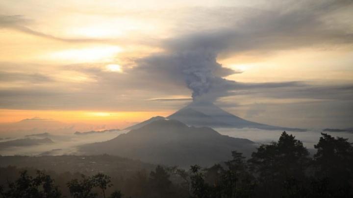 «Из вулкана идут столбы дыма»: тольяттинских туристов накрыло облаком пепла на Бали