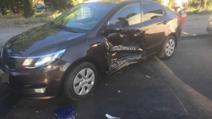 Три волгоградца пострадали в жесткой аварии на улице Краснополянской в Жилгородке