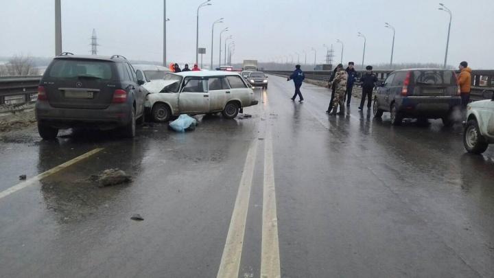 На «танцующем» мосту в Волгограде в массовой аварии погиб мужчина