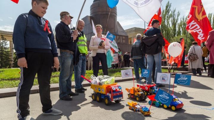 Бастующие дальнобойщики Волгограда доехали до обладминистрации на игрушечных машинках