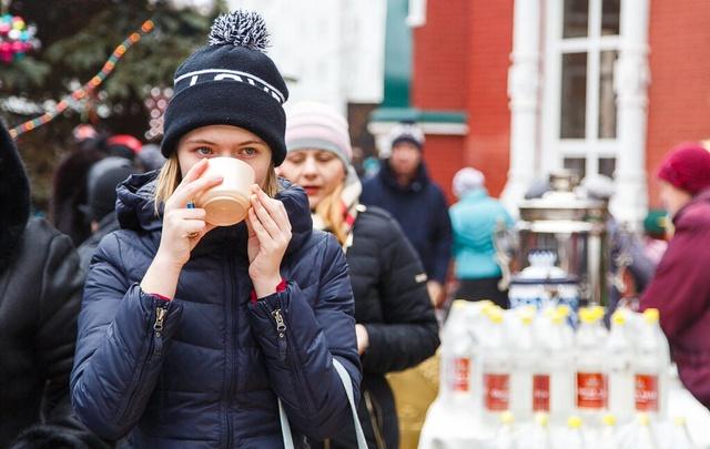 В волгоградском храме раздают баночки с детским питанием от Красного Креста