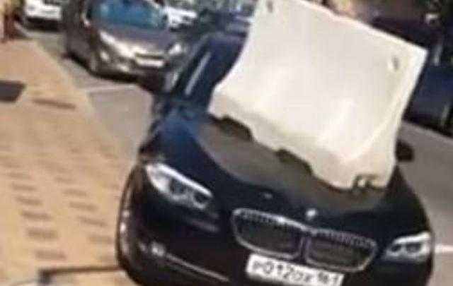 В Ростове пешеходы положили на BMW отбойник