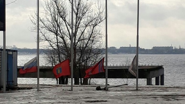 Волгоград приспустил флаги в память о жертвах страшного пожара в Кемерово