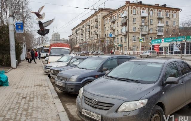 «Я паркуюсь как…»:  автоледи на детской площадке и автохамы на тротуарах