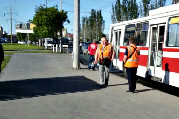 Кондукторы троллейбусов рассказали, что стоят здесь уже около часа