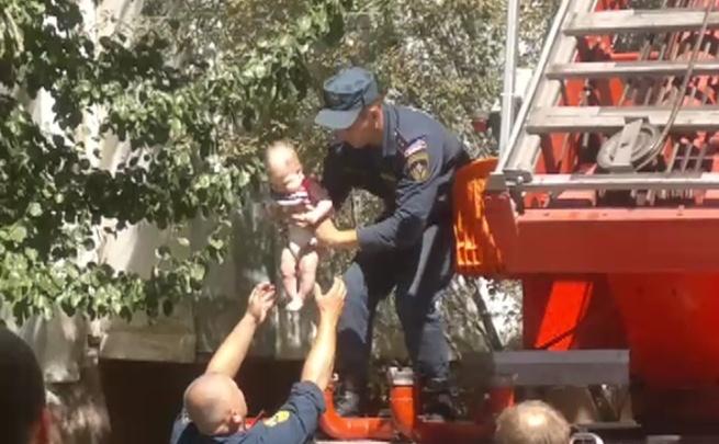 Спасатели с помощью автолестницы сняли грудничка с пятого этажа задымленной высотки