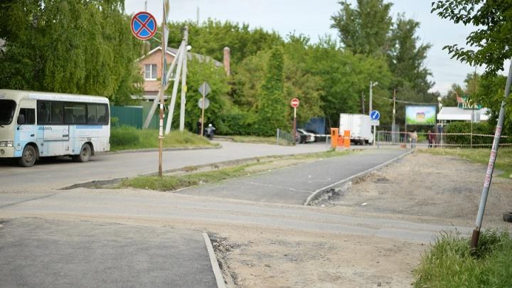 Новую пешеходную дорожку возводят рабочие у входа в ростовский зоопарк
