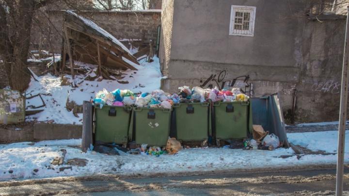 В Ростове на Северном дворник нашел в мусорном баке пакет со взрывчаткой