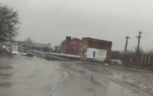 Дорогу на ростовской улице из-за ям и отсутствия тротуаров сравнили с адом