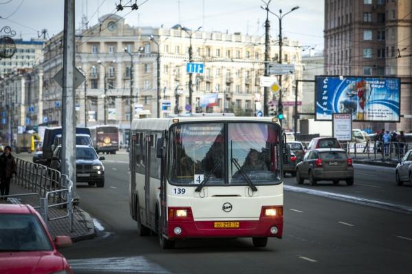 Власти регулярно рапортуют о приобретении новых автобусов, однако маршруты пришлось сократить вдвое