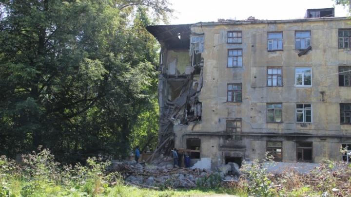 Один из самых больших: в Перми начали сносить аварийный дом на Лебедева