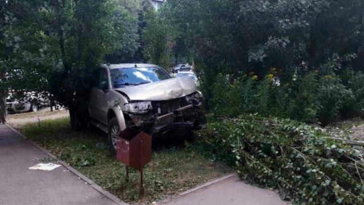 На Ставропольской водитель Mitsubishi врезался в столб, «собрал» три авто и сбил дерево