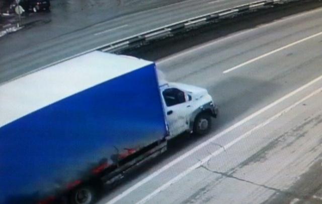 Водитель вышел на дорогу после ДТП и попал под колеса грузовика