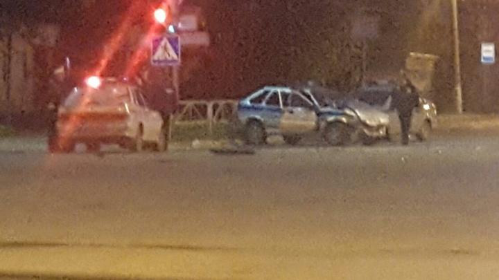 Водитель без прав уходил от погони: в Прикамье ВАЗ столкнулся с патрульным автомобилем