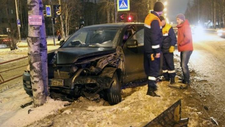 В центре Архангельска в лобовую столкнулись два автомобиля