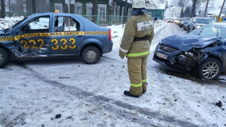 В Рыбинске в ДТП попало такси: трое человек получили травмы