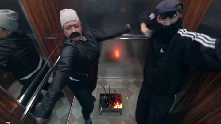 Устроили дискотеку и жарили шашлыки в лифте: Боня и Кузьмич сняли новый клип в пермском бизнес-центре