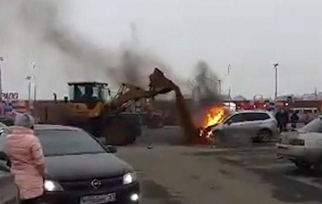 В Тольятти на парковке около ТЦ водитель экскаватора засыпал землей полыхающее авто