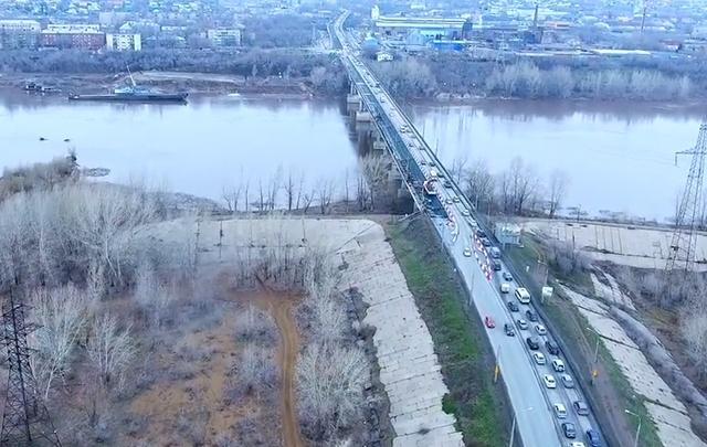 Коптер жителя Самары пролетел между опорами Южного моста