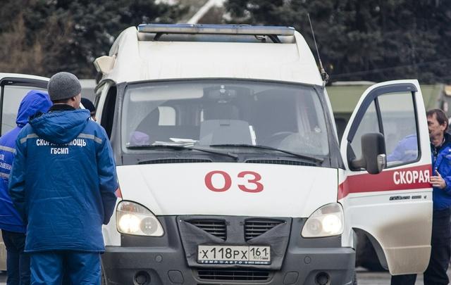 В центре Ростова на женщину упал двухметровый рекламный щит