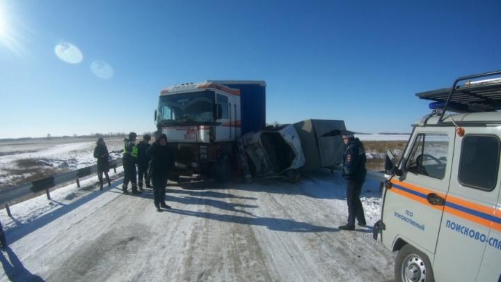 На заснеженной южноуральской трассе столкнулись фургон, трактор и грузовик