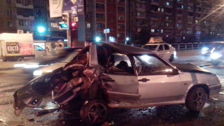«Лада» — всмятку: на северо-западе Челябинска столкнулись четыре автомобиля