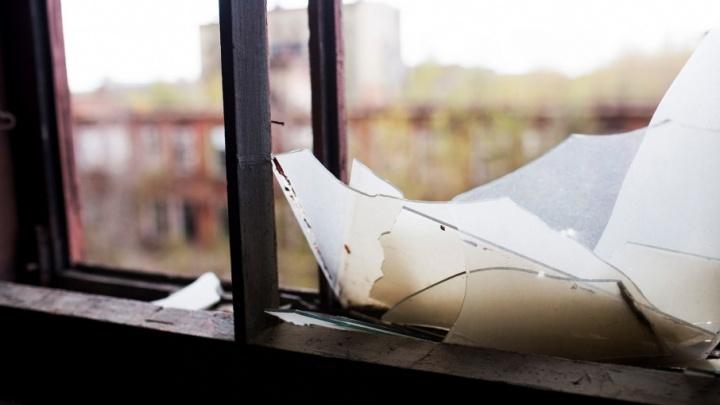 Ревнивый ярославец выбил окна в квартире любимой, с которой вместе и жил