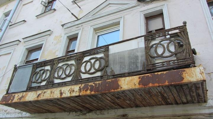 Дешевая стилизация вместо ампира: в Ярославле на балконе заменили чугунную решетку на сталь
