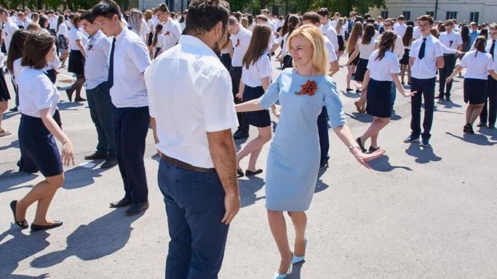 Более двух тысяч школьников из Ростовской области танцевали сегодня «Вальс Победы»