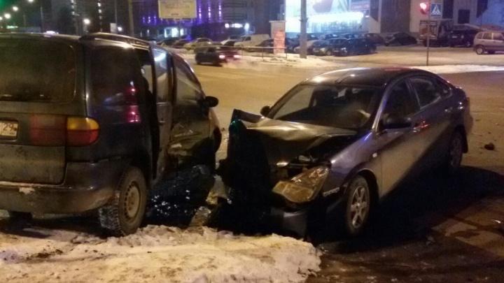 В центре Архангельска «Ниссан» врезался в Volkswagen