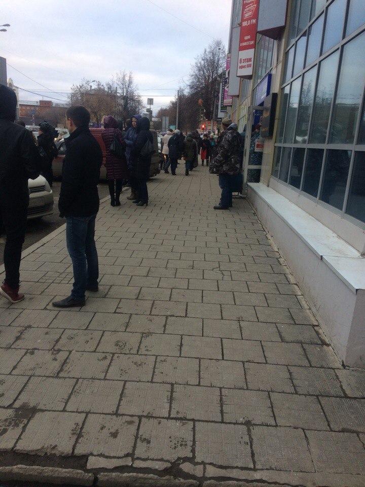 Людей попросили выйти на улицу