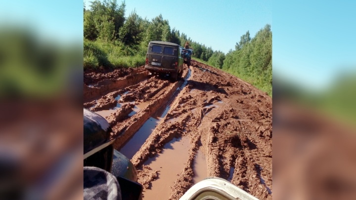 Здесь застревают даже вездеходы: жители села в Прикамье пожаловались на плохую дорогу