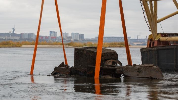 В Волгограде затягивается подъем военного бронекатера