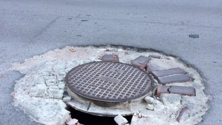 Провалившийся люк на дороге в центре Волгограда оказался ничьим