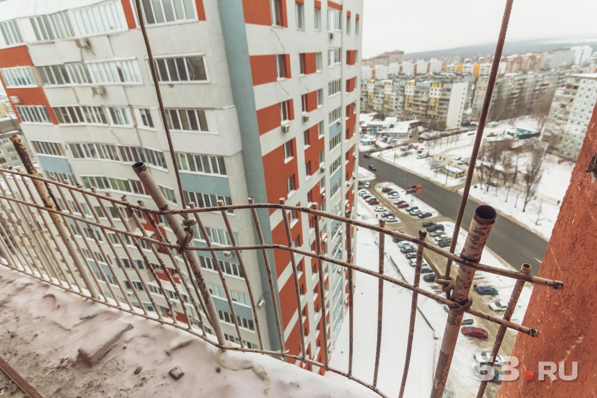 Взрывная волна погнула балконные крепления