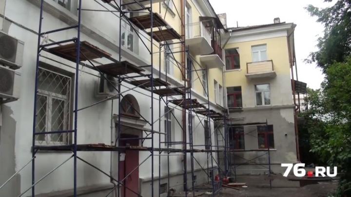Адский капремонт: ярославцы спят в одежде, боясь обрушения потолка