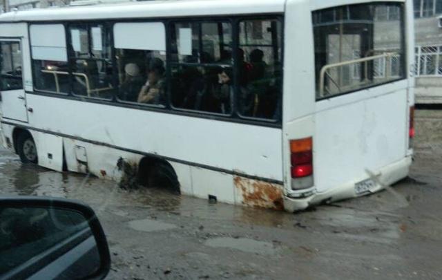 В Ярославле маршрутка застряла в ямах в асфальте