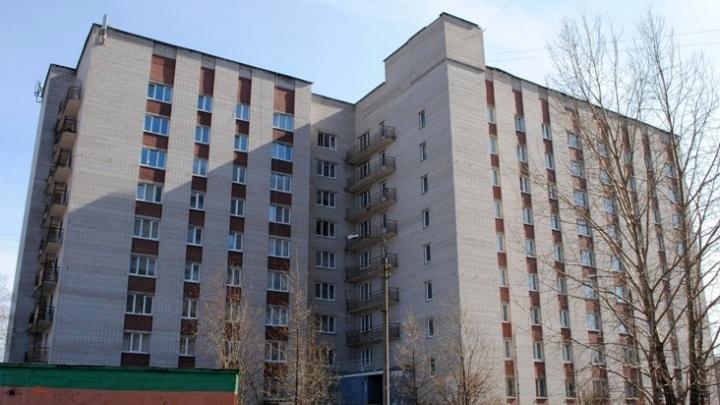 Из окна общежития на Новгородском проспекте выпала студентка