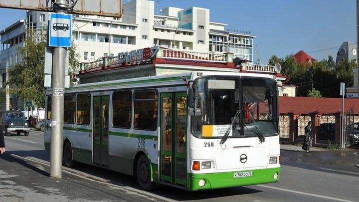 Пассажиры, водитель и кондуктор помогли тюменцу, которому стало плохо в автобусе