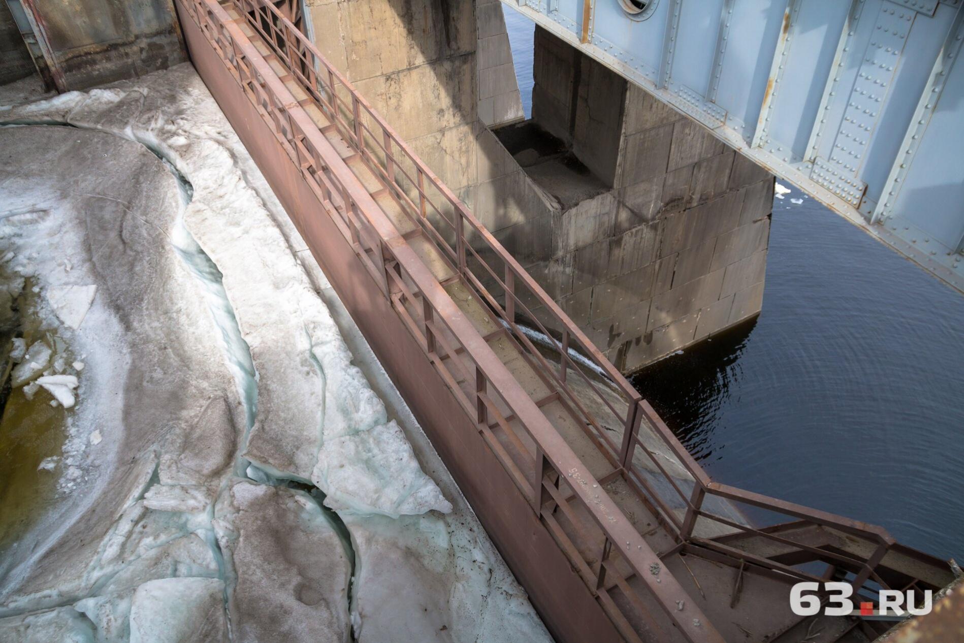 В верхнем бьефе много льда
