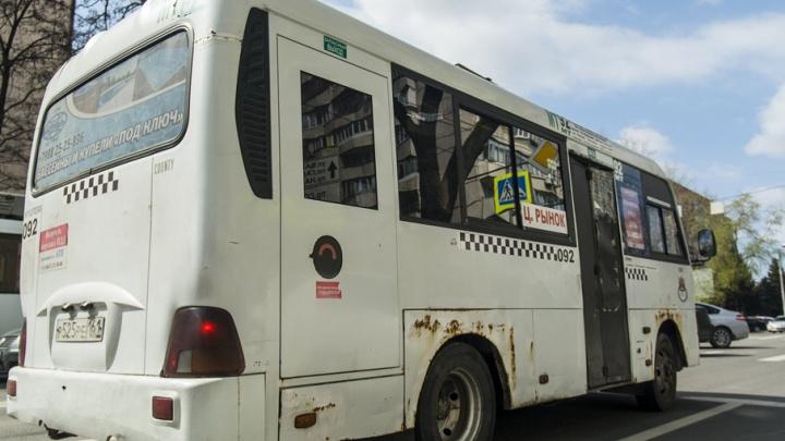 Очевидцы: на остановке около ТЦ «Горизонт» водитель маршрутки сбил людей