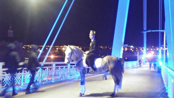 Тюменский жених сделал предложение на Мосту  влюблённых, прискакав верхом на коне