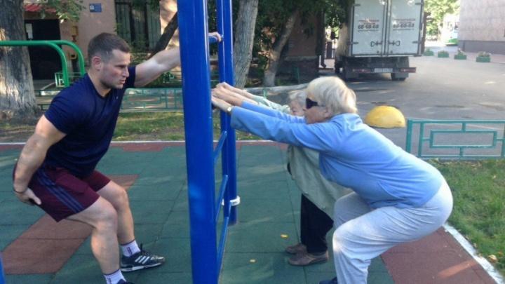 В Тюмени фитнес-инструкторы провели первую бесплатную утреннюю зарядку во дворах